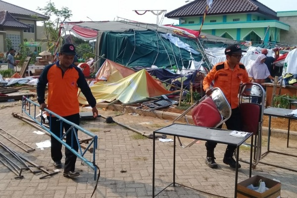 Petugas BPBD Blora membantu evakuasi pasca kejadian angin kencang di lokasi Agriculture Festival 2019