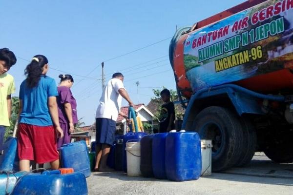 Alumni SMP Negeri 1 Jepon angkatan '96 meyalurkan bantuan air bersih di desa terdampak kekeringan