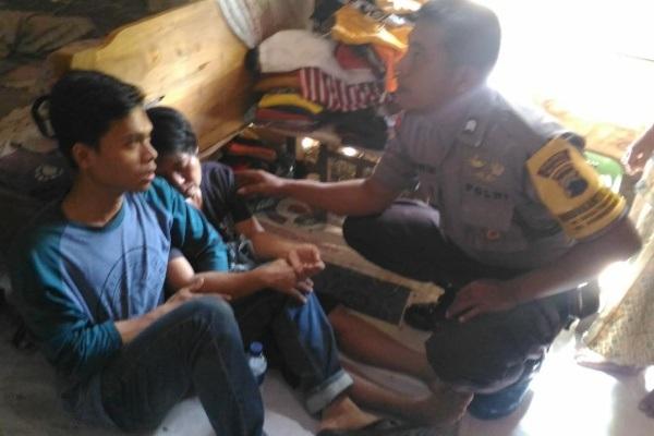 Petugas Polsek Kedungtuban Polres Blora menenangkan keluarga korban di rumah duka Desa Tanjung RT 04 RW 01 Kecamatan Kedungtuban Kabupaten Blora