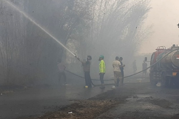 Petugas pemadam kebakaran memadamkan api di bangunan pabrik PT GMM Desa Tinapan Kecamatan Todanan Kabupaten Blora