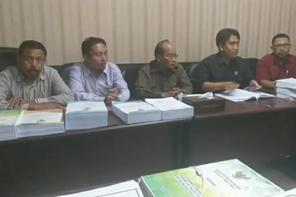 Pimpinan fraksi PPP, Demokrat-Hanura, dan PKS-Gerindra dalam konferensi pers di Gedung DPRD Blora