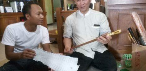 Pemilik Mustika Tantra Gallery Art, Edi Ekatantra menunjukkan tongkat komando hasil karyanya