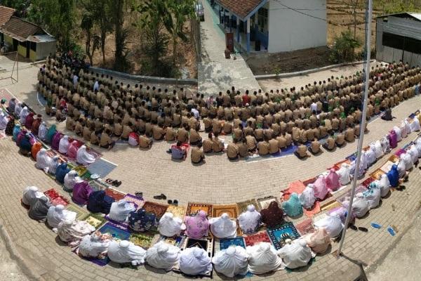 Ratusan pelajar SMK Muhammadiyah 2 Blora mengikuti sholat Istisqa di halaman sekolah