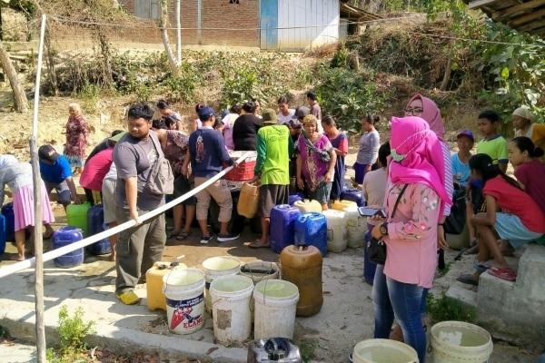 Distribusi air bersih alumni SMP N 5 Blora ke Desa Semanggi Kecamatan Jepon Kabupaten Blora