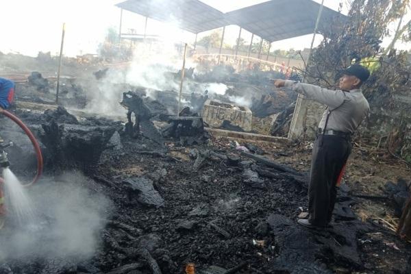 Polisi di lokasi kebakaran kawasan Dusun Suruhan Desa Jiken Kecamatan Jiken Kabupaten Blora