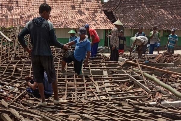 Warga Dusun Ngrandu Desa Rowobungkul bergotong royong membantu evakuasi di rumah roboh