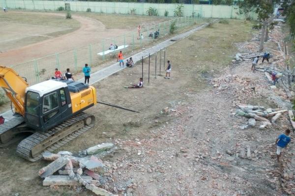 Kegiatan pembongkaran pagar sekeliling Stadion Kridosono Blora