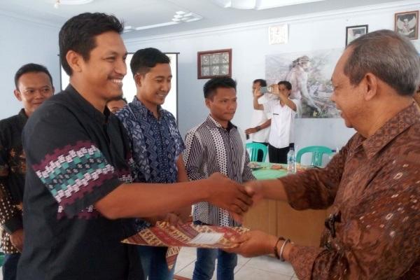 Penyerahan sertifikat kepada relawan cagar budaya di Balaidesa Kapuan Kecamatan Cepu Kabupaten Blora