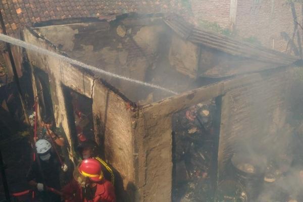 Kebakaran di rumah milik Ristina (65) yang berlokasi di jalan Diponegoro Gang 6 RT 05 RW 04 Kelurahan Cepu Kecamatan Cepu Kabupaten Blora