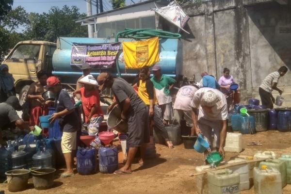 Droping air bersih PSHT Desa Trembulrejo Ranting Ngawen mendistribusikan air bersih kepada warga di desa terdampak kekeringan