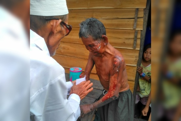 Lazisnu Kedungtuban menyerahkan bantuan donasi untuk korban kebakaran, Mbah Marsam (74)