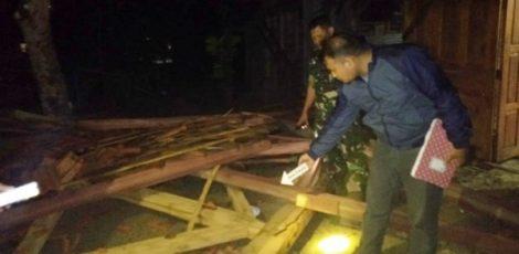 Petugas Polsek Jati Polres Blora di lokasi rumah terdampak terjangan angin kencang di Dusun Trembes Desa Doplang Kecamatan Jati Kabupaten Blora