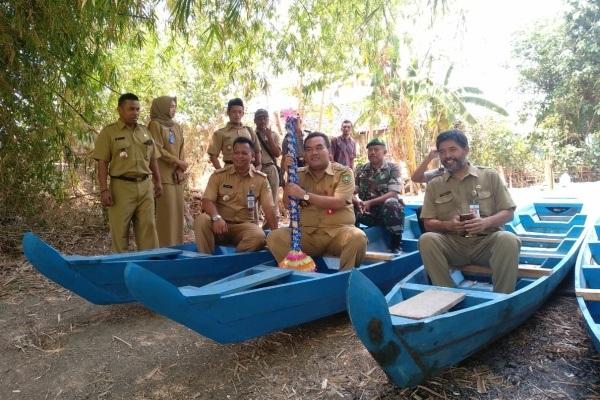 Kepala Dinakikan Blora, Gundala Wijasena (berjenggot) menaiki perahu baru untuk para nelayan di tepian Bengawan Solo