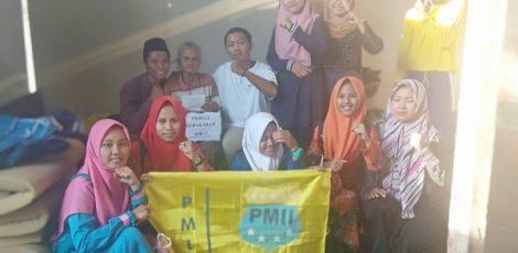 PMII Komisariat Aryo Penangsang Cepu menyerahkan donasi kepada korban kebakaran di Kelurahan Tambakromo Kecamatan Cepu Kabupaten Blora