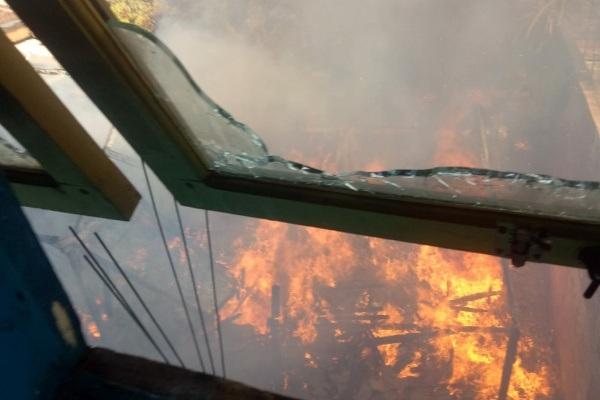 Kebakaran di gudang penyimpanan barang bekas milik H Juremi (75) di Desa Todanan RT 03 RW 02 Kecamatan Todanan Kabupaten Blora
