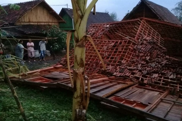 Rumah roboh akibat hujan deras disertai angin kencang di Desa Temulus Kecamatan Randublatung Kabupaten Blora