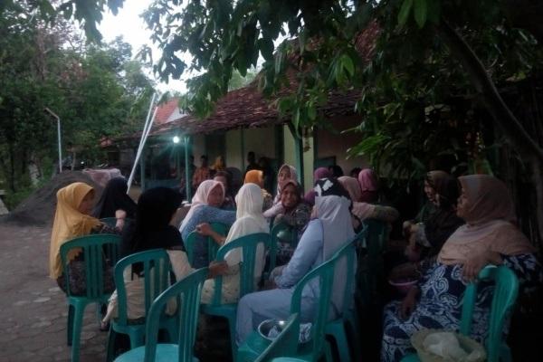 Para pelayat di rumah korban lakalantas, Djoyo Djasman (75) di Desa Gotputhuk RT 06 RW 01 Kecamatan Ngawen Kabupaten Blora