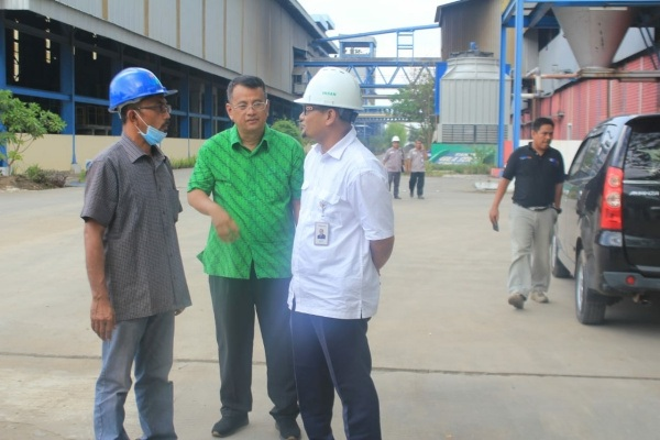 Ketua Komisi C DPRD Blora, Subroto (mengenakan masker) saat sidak ke pabrik gula PT GMM-Bulog