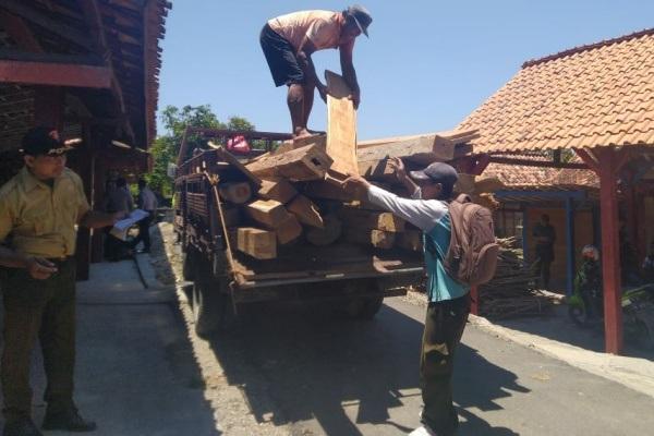Petugas gabungan mengamankan ratusan batang kayu ilegal di Desa Jatiklampok Kecamatan Banjarejo Kabupaten Blora