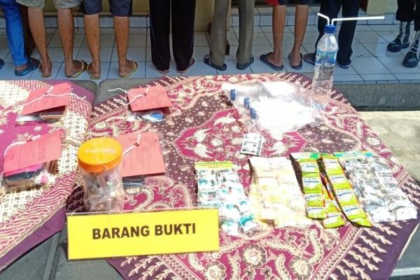 Polisi menunjukkan barang bukti obat tanpa resep dokter dalam ungkap kasus di Mapolres Blora