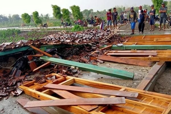 Rumah roboh akibat angin kencang di Dusun Bapangan  Desa Mendenrejo Kecamatan Kradenan Kabupaten Blora