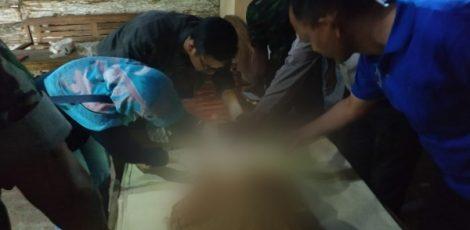 Petugas medis melakukan pemeriksaan terhadap jenazah Sujati (57)