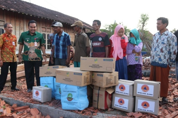 Penyerahan bantuan kepada korban terdampak bencana puting beliung di Desa Tanggel Kecamatan Randublatung Kabupaten Blora