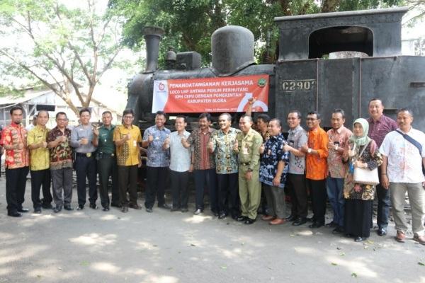 Bupati bersama jajaran Forkompimda Blora di depan lokomotif uap kuno C-2902