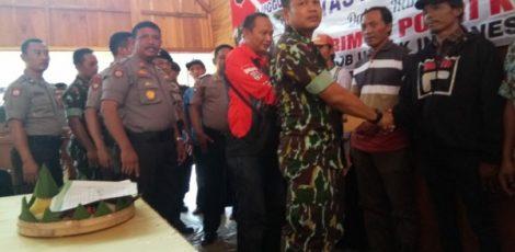 Eks Brimob Nusantara Polres Blora memberikan santunan kepada korban bencana puting beliung di Kecamatan Randublatung Kabupaten Blora