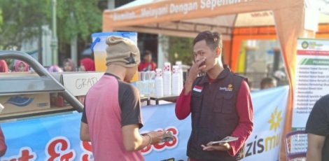 Stand pengobatan gratis dalam rangka Milad Muhammadiyah ke-107 di Alun-alun Blora