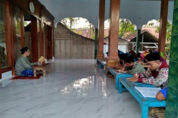 Kegiatan mengaji kitab kuning di sebuah pesantren di Kecamatan Banjarejo Kabupaten Blora