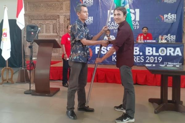 Ketua ASKAB PSSI Blora 2019-2023, Mukti Dwi (kanan/baju coklat)