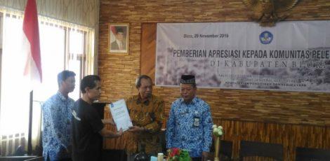 Kepala BPSMP Sangiran M. Hidayat (batik coklat) menyerahkan apresiasi kepada Ketua FPSB Blora, Lukman Wijayanto