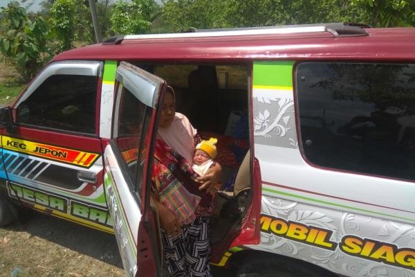 Warga Desa Bangsri menggunakan Mobil Siaga milik pemerintah desa setempat