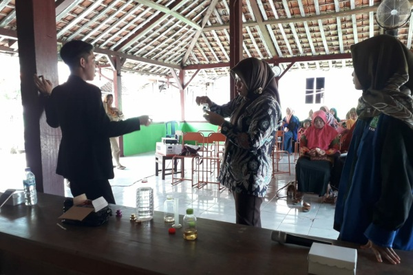 Pelatihan pembuatan parfum di Balai Desa Jegong Kecamatan Jati Kabupaten Blora