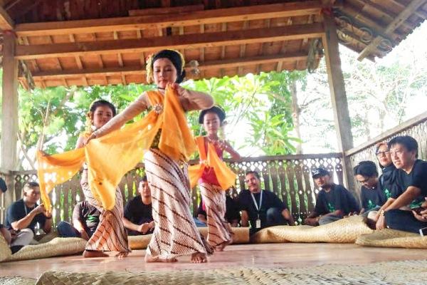 Penampilan Tari Gambyong oleh penari cilik di Omah Bucu Cethik Geni