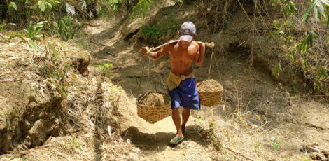 Pengumpul pasir kali, Pardi (30) saat bekerja di sungai wilayah Desa Sumurboto Kecamatan Jepon Kabupaten Blora