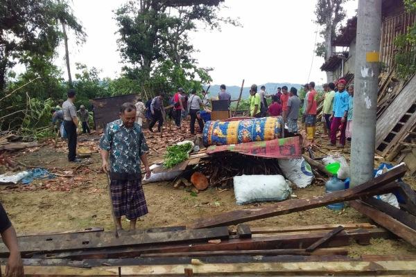 Rumah roboh akibat terjangan angin kencang di Desa Karanganyar Kecamatan Todanan Kabupaten Blora