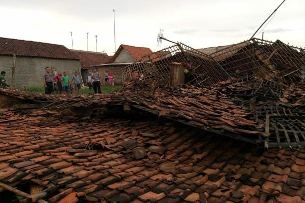 Petugas Polsek Japah melakukan pendataan di lokasi rumah roboh