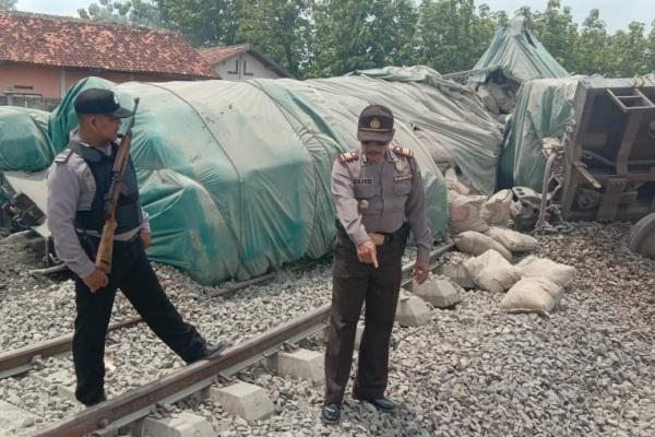 Kereta barang bermuatan semen terguling di dekat Stasiun Doplang, kawasan Desa Doplang Kecamatan Jati Kabupaten Blora
