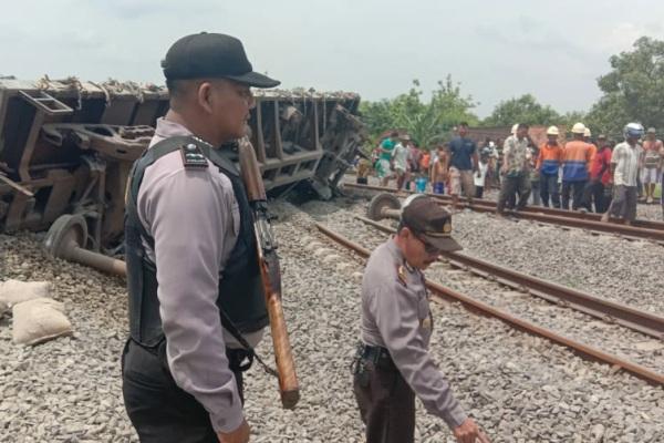 Kereta api barang bermuatan semen terguling di dekat Stasiun Doplang, kawasan Dusun Dukuhan Desa Doplang Kecamatan Jati Kabupaten Blora