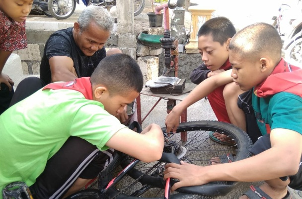 Siswa SMP Plus Insan Gemilang belajar cara mereparasi sepeda dalam Kuliah Bhakti Gemilang (KBG) di Desa Sambongwangan Kecamatan Randublatung Kabupaten Blora