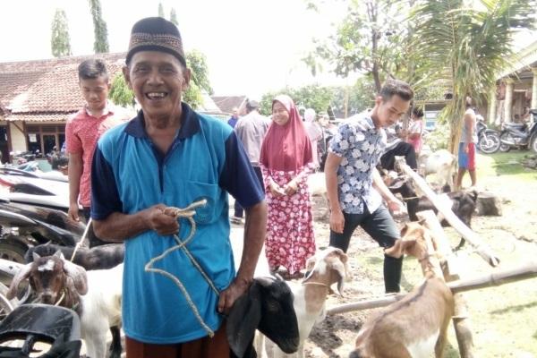 Warga miskin di Desa Bangkleyan Kecamatan Jati Kabupaten Blora menerima bantuan kambing betina