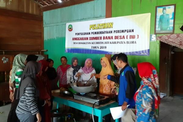 Pelatihan pemberdayaan perempuan, pembuatan keripik pisang di Desa Bangkleyan Kecamatan Jati Kabupaten Blora