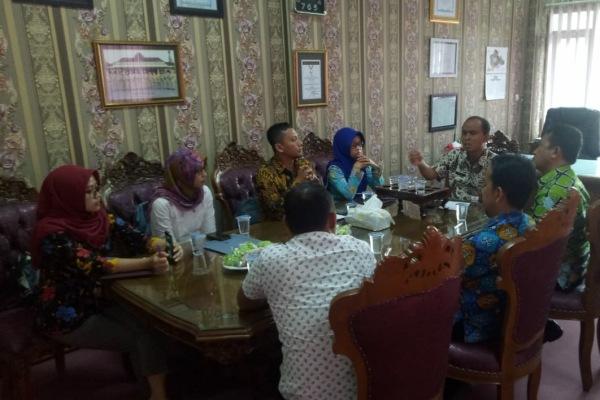 Koordinasi antara Kepala Dinas Pendidikan Kabupaten Blora dengan para Guru Tidak Tetap (GTT) yang lolos seleksi Panwascam
