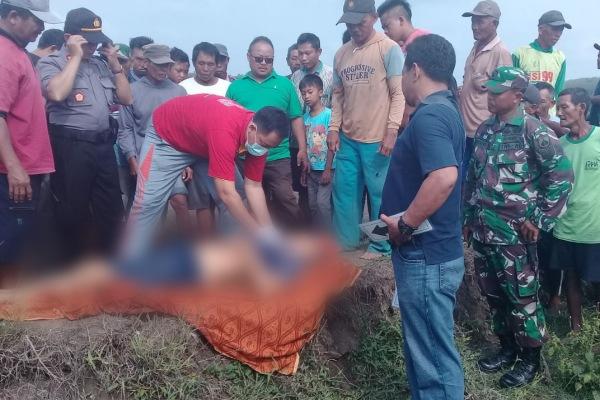 Petugas Polsek Jiken Polres Blora di lokasi penemuan mayat, kawasan tegalan Dusun Pengkok Desa Nglebur Kecamatan Jiken Kabupaten Blora