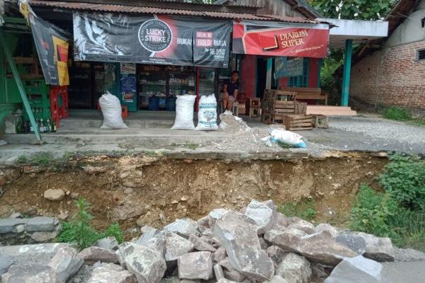 Pembangunan drainase yang tak kunjung tuntas membuat aktivitas warga Desa Ngampel Kecamatan Blora Kota Kabupaten Blora terganggu