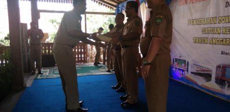 Bupati Blora Djoko Nugroho menyerahkan penghargaan pajak daerah dan pengelolaan keuangan terbaik kepada Kepala Desa (Kades) Bangkleyan, Mulyono