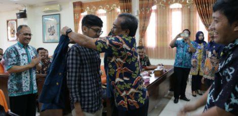 Bupati Djoko Nugroho memakaikan jas KKN kepada perwakilan mahasiswa Undip