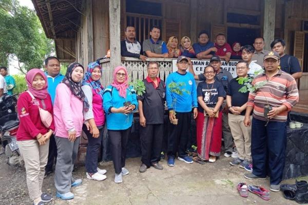 Foto bersama di Omah Bucu Cethik Geni sebelum aksi tanam pohon